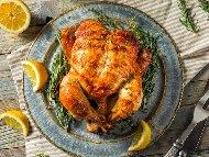 Печено цяло пиле върху морска сол на фурна